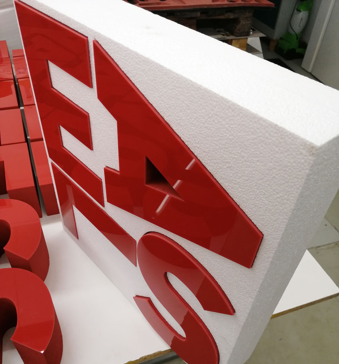 Rote Buchstaben aus Styropor und die Front aus Plexiglas