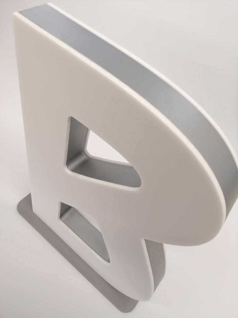 Materialkombi aus 2x3 mm Plexiglas und 19 mm MDF Lackiert + Pulverbeschichteten Metallfuß
